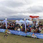 Atleta corriendo con numeroso público animando