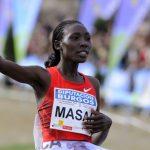 Masai levantando la mano como vencedora