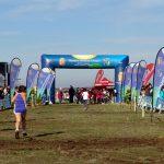 Atletas corriendo hacia la meta