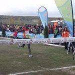 Imane Merga llegando a meta con los brazos levantados