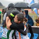 Atletas abrazándose