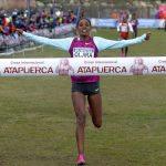 Llegada a meta de la vencedora absoluta femenina