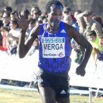 Imane Merga llegando a meta en solitario