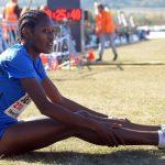 Atleta cansada en el suelo