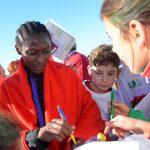 Campeona firmando autógrafos