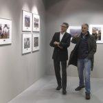 Miguel Angel de los Mozos y personalidad viendo la exposición