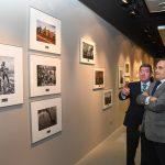 Autoridades políticas viendo los cuadros y charlando