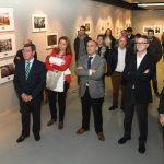 Asistentes escuchado la inauguración de la exposición